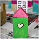 Holz Häuser bemalt mit Acrylfarbe
